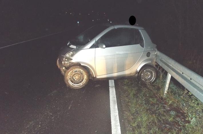 Der Fahrer des Smart verlor die Kontrolle über sein Fahrzeug und rutschte in die Leitplanken.