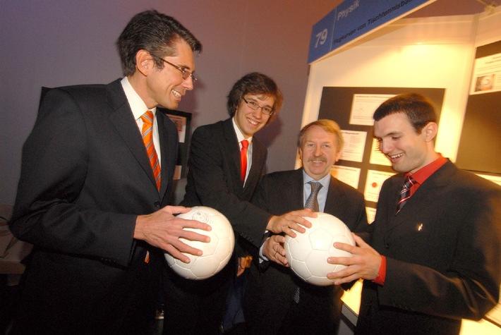Bundessieger Jugend forscht 2006: Johannes Burkart und Alexander Joos (rechts), Gewinner des Preises der Bundeskanzlerin für ...