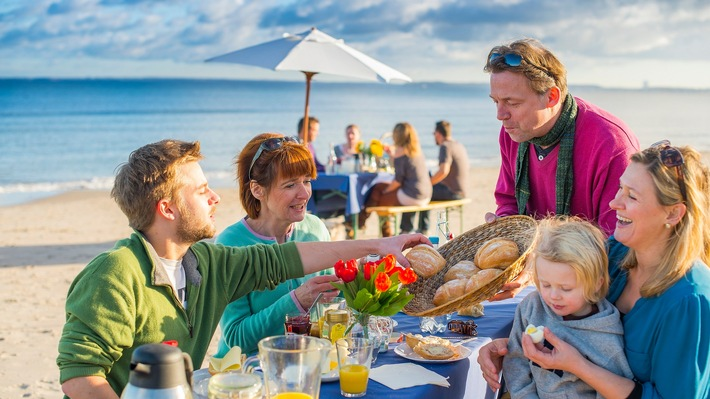Frühstücken am Strand mit den Füßen im Sand - das ist das Ostsee-Strandfrühstück. (www.ostsee-schleswig-holstein.de)