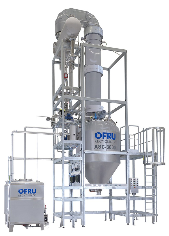 """Destillationskolonne ASC-3000 für hochreine Lösungsmittel. Weiterer Text über ots und www.presseportal.de/nr/80588 / Die Verwendung dieses Bildes ist für redaktionelle Zwecke honorarfrei. Veröffentlichung bitte unter Quellenangabe: """"obs/OFRU Recycling GmbH & Co. KG"""""""