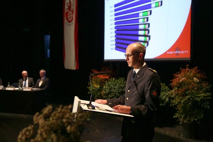 Leiter der Feuerwehr Ratingen, René Schubert, bei seiner Ansprache.