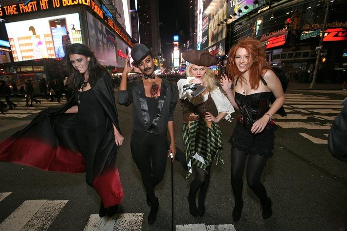 Sara und Alisar: Als Charlie Chaplin und Vampir auf Heidi Klums Halloween-Party (mit Bild)