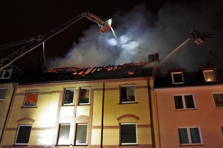 FW-E: Dachstuhlbrand in Mehrfamilienhaus in Essen-Altenessen, eine Person durch Rettungsdienst versorgt