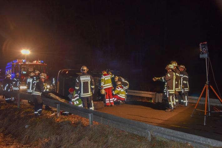 FW-OE: Verkehrsunfall mit eingeklemmter Person - Feuerwehr befreit Fahrer aus PKW
