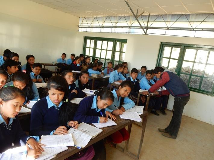 Die von Help ? Hilfe zur Selbsthilfe wieder aufgebaute Daduwa-Schule im Distrikt Sindhupalchok.  Wer die Schule besucht, hat Chancen auf eine selbstbestimmte Zukunft jenseits von Armut.