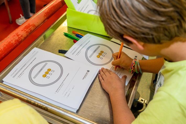 Ein Schüler bewertet im Rahmen der whatsEAT-Zertifizierung das getestete Lebensmittel. (Foto: Transgourmet/Gregor Ott)