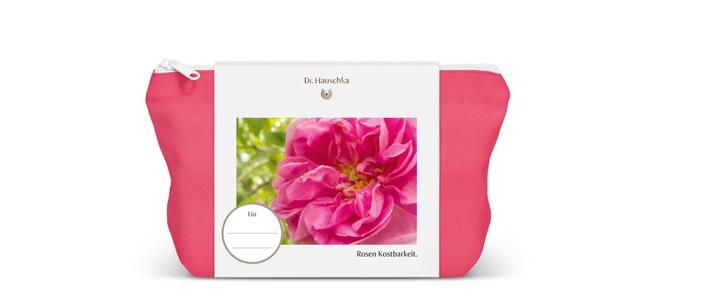 In der limitierten Dr. Hauschka Kosmetiktasche aus 100 % Bio-Baumwolle finden sich das Dr. Hauschka Rosen Pflegeöl in der 75-ml-Originalgröße sowie ein Lippengold Pflegestift.