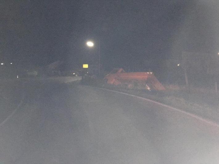 Der im Straßengraben liegende Lkw des Unfallverursachers