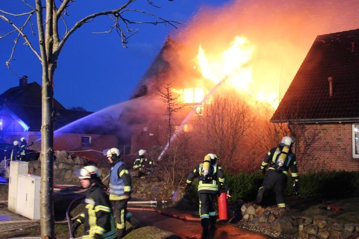 Das Einfamilienhaus steht in Vollbrand, das Nachbarhaus ist bedroht.