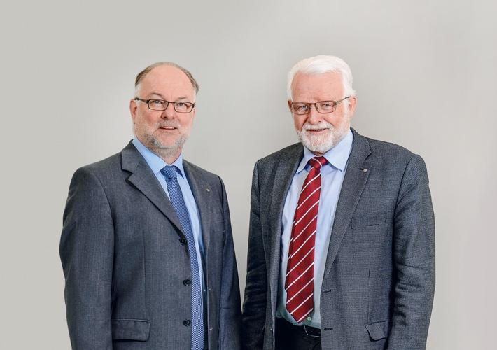 """Claude R. Cornaz (links) und Hans R. Rüegg (rechts) Weiterer Text über ots und www.presseportal.ch/de/nr/100012112 / Die Verwendung dieses Bildes ist für redaktionelle Zwecke honorarfrei. Veröffentlichung bitte unter Quellenangabe: """"obs/Vetropack Holding AG/© Vetropack"""""""