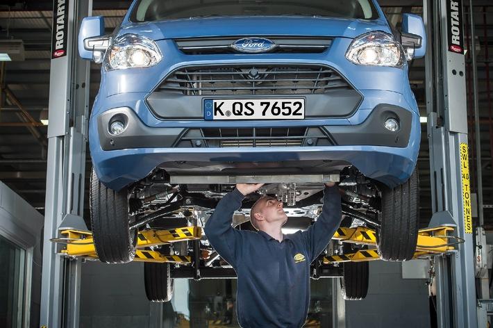 """Unter dem Namen """"Ford Blue Service"""" bietet Ford ab sofort ein umfassendes Paket attraktiver Service-Elemente an. In den Genuss kommen alle Ford-Kunden im Rahmen eines Besuchs bei einem autorisierten Ford Partner, etwa bei einer Inspektion. Weiterer Text über OTS und www.presseportal.de/pm/6955 / Die Verwendung dieses Bildes ist für redaktionelle Zwecke honorarfrei. Veröffentlichung bitte unter Quellenangabe: """"obs/Ford-Werke GmbH"""""""