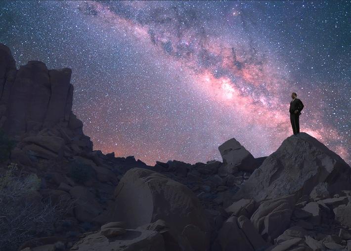 """Flug zum Weihnachts-Kometen ISON: National Geographic Channel stellt die neue Weltall-Dokureihe """"Unser Kosmos"""" in spektakulärem Setting vor. Der renommierte Astrophysiker Neil deGrasse Tyson (Bild) führt durch's Programm. Deutschlandstart ist der 16. März.  Weiterer Text über OTS und www.presseportal.de/pm/107769 / Die Verwendung dieses Bildes ist für redaktionelle Zwecke honorarfrei. Veröffentlichung bitte unter Quellenangabe: """"obs/Fox International Channels/Seth Reed"""""""