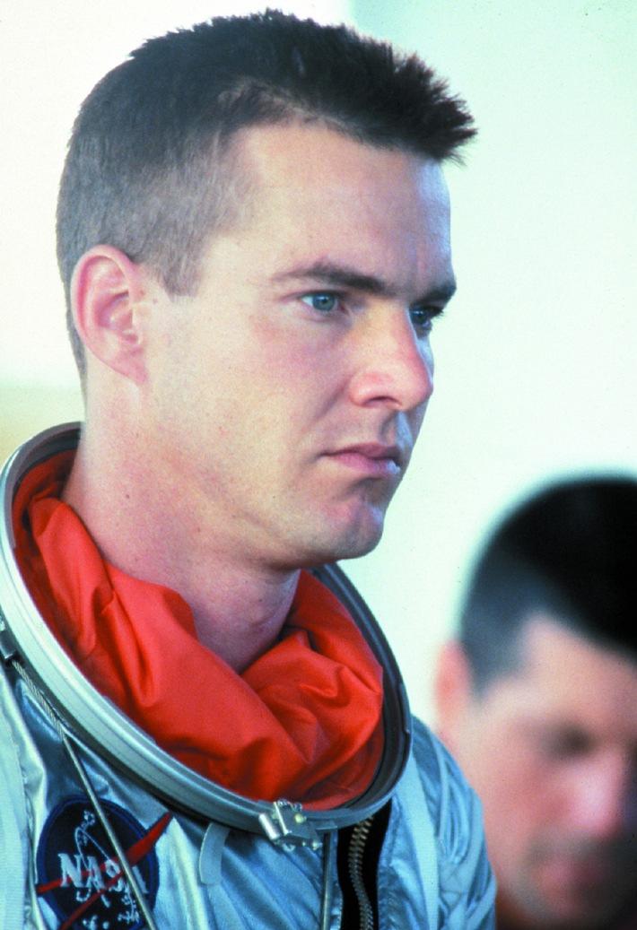 """Der Stoff aus dem die Helden sind: Ein echter Kerl: Dennis Quaid darf als Captain Leroy Gordon Cooper Jr. den Weltraum erobern. Der Star, der Phil Kaufmans Meisterwerk als seinen Lieblingsfilm bezeichnet, wollte schon immer Astronaut werden, wie er Tele 5 verriet: """"...hier bekam ich die Chance, einen spielen zu dürfen, mich mit echten Astronauten unterhalten zu können und sogar meinen Pilotenschein machen zu dürfen"""", so Quaid zum Spielfilmsender. Abdruck honorarfrei bei Sendehinweis auf Tele 5 bis 2 Tage nach Ausstrahlung. Verwendung nur mit Copyrightvermerk."""