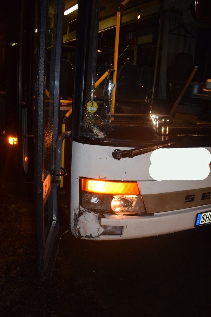 Der Schulbus wurde nach der Kollision mit dem verursachenden Pkw an der rechten Fahrzeugfront beschädigt.