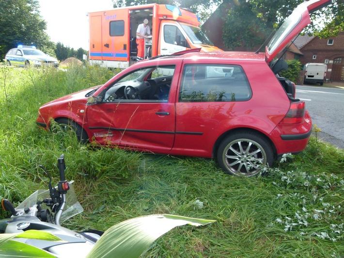 Während das die Autofahrerin abbog krachte der Kradfahrer in die Seite des Fahrzeugs.