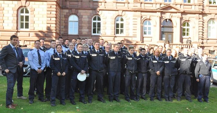 Behördenleiter Elmar May (ganz links)begrüßte 47 neue Beamtinnen und Beamte beim Polizeipräsidium Westpfalz