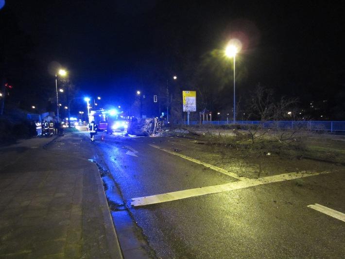 FW-MH: Schwerer Verkehrsunfall mit 2 verletzten Personen