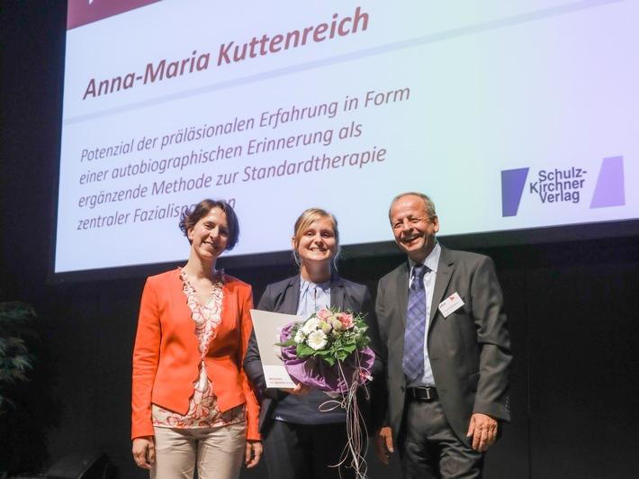 dbl-Präsidentin Dagmar Karrasch und Verleger Dr. Ullrich Schulz-Kirchner gratulieren Anna-Maria Kuttenreich (Mitte). (©Jan Tepass)
