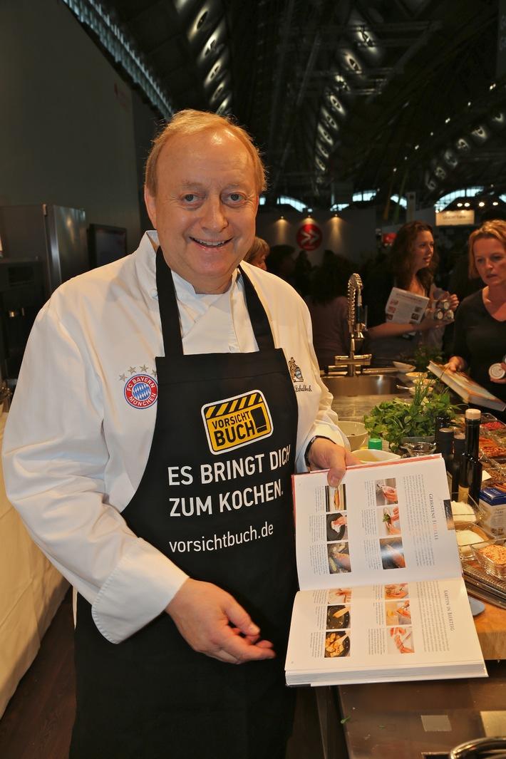 """Im November stellt die Pro-Buch-Kampagne """"Vorsicht Buch!"""" das Kochen ganz in den Fokus. Neben Anregungen für Aktionen im Handel wurde eigens eine """"Vorsicht Buch!""""-Kochschürze kreiert. Damit aber nicht genug: Auf www.vorsichtbuch.de/blog werden Kochbücher verlost und eine von den Spitzenköchen Cornelia Poletto, Alfons Schuhbeck, Johann Lafer und Hans Jörg Bachmeier handsignierte """"Vorsicht Buch!""""-Kochschürze wird zusammen mit einem 300 Euro Bücherscheck zugunsten für """"Ein Herz für Kinder"""" versteigert https://ots.de/Bjs2e . Weiterer Text über OTS und www.presseportal.de/pm/53282 / Die Verwendung dieses Bildes ist für redaktionelle Zwecke honorarfrei. Veröffentlichung bitte unter Quellenangabe: """"obs/Börsenverein des Dt. Buchhandels e.V./Klaus Primke"""""""