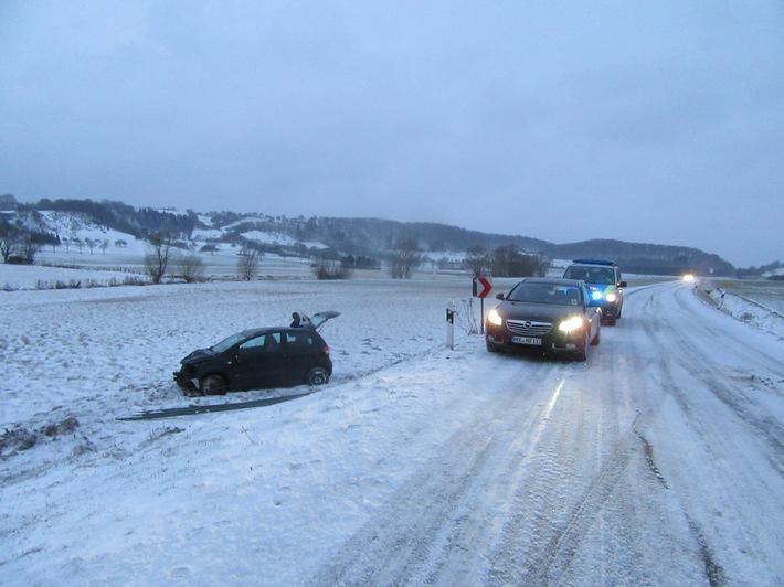 Verkehrsunfall auf der schneeglatten L 583 zwischen Lenne und Stadtoldendorf.