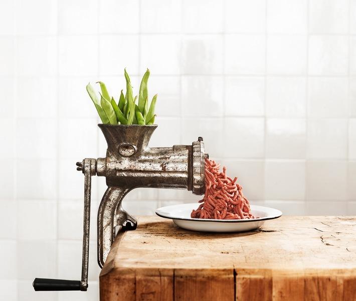 """Unilever strebt 1 Milliarde Euro Umsatz mit pflanzenbasierten Fleisch- und Milchalternativen an / Ernährung der Zukunft: Unser pflanzenbasiertes """"Fleisch"""" verringert die Auswirkungen der traditionellen Tierhaltung und des Fleischkonsums auf die Umwelt. / Weiterer Text über ots und www.presseportal.de/nr/24435 / Die Verwendung dieses Bildes ist für redaktionelle Zwecke honorarfrei. Veröffentlichung bitte unter Quellenangabe: """"obs/Unilever Deutschland GmbH"""""""