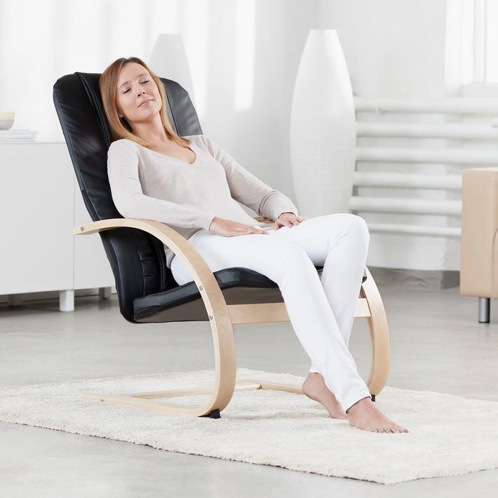 Eine optimale Kombination aus entspannender Massage und modernem Wohnaccessoire für zu Hause: der neue 2in1-Relaxsessel RC 420 von MEDISANA.