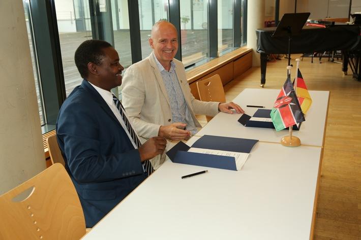 Dekan Prof. Dr. Ephraime W. Wahome und Vizepräsident Prof. Dr. Harald von Korflesch nach der Unterzeichnung. Bild: Universität Koblenz-Landau