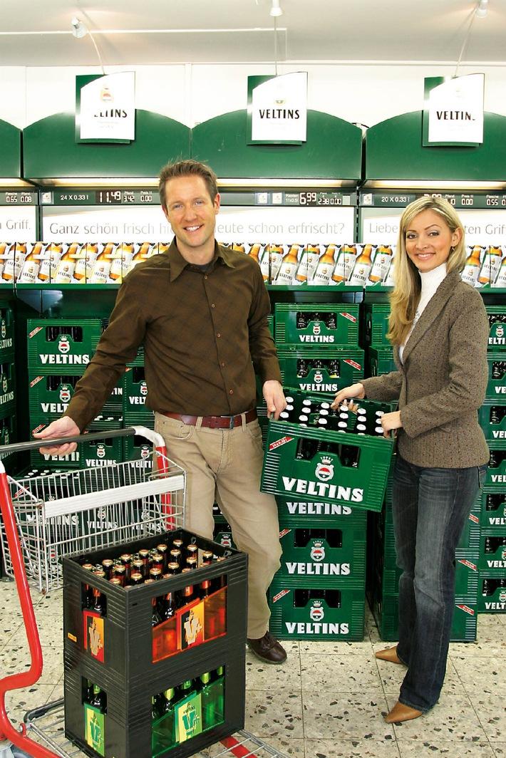 """Ein starker Produktauftritt für die zwei starken Marken Veltins und """"V+"""": Mit einem breiten Gebindespektrum spricht die Brauerei C. & A. Veltins aus Meschede-Grevenstein die unterschiedlichsten Verwender an. In den Getränkefachmärkten werden die Platzierungen Jahr für Jahr deutlich verstärkt, die Impulskraft ist unübersehbar. Die Verwendung dieses Bildes ist für redaktionelle Zwecke honorarfrei. Abdruck bitte unter Quellenangabe: """"obs/Brauerei C. & A. VELTINS"""""""