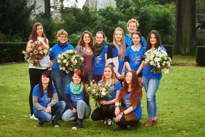 """Elf Auszubildende der Floristik durften sich beim Workshop mit dem Top-Floristen Björn Kroner von """"Fleurops Junge Wilde"""" kreativ austoben und eine eigene Kollektion für fleurop.de entwerfen. Foto: ©Yves Sucksdorff/Fleurop AG"""