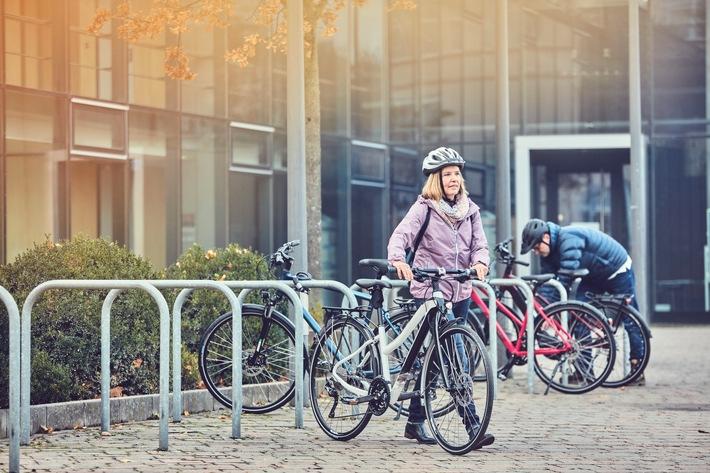 """""""Beim Radfahren geht es um Gewohnheit und Identität"""" / Ein Psychologe erklärt, wie man das Fahrrad als Verkehrsmittel in den Alltag integriert und dauerhaft motiviert bleibt / Das Fahrrad im Alltag nutzen: Klimafreundlich, gesund, einfach. / Weiterer Text über ots und www.presseportal.de/nr/149277 / Die Verwendung dieses Bildes ist für redaktionelle Zwecke honorarfrei. Veröffentlichung bitte unter Quellenangabe: """"obs/Initiative RadKULTUR/Heiko Simayer"""""""