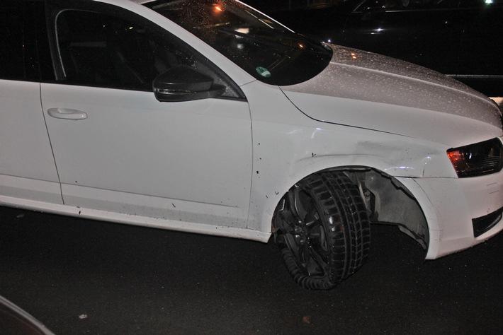 Der weiße Skoda Octavia mit zerstörtem Fahrwerk vorne rechts