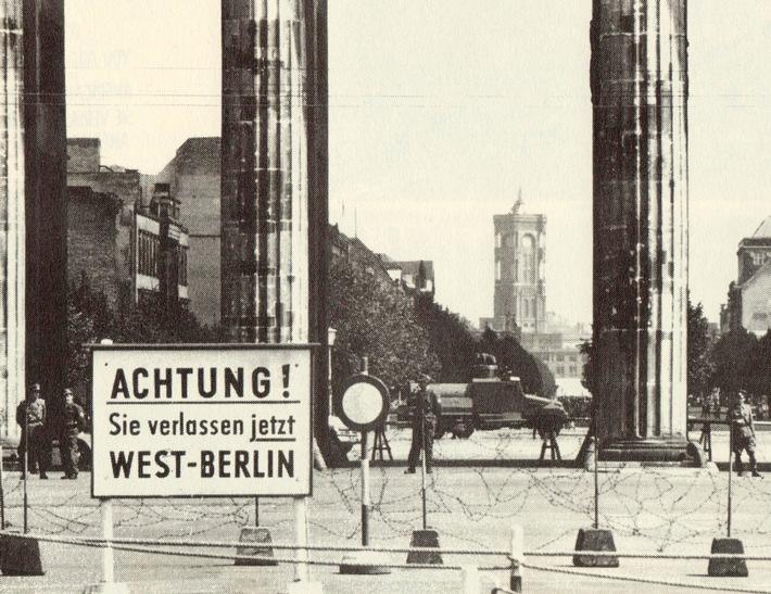 """24. August 1961: Absperrung vor dem Brandenburger Tor. Blick auf die Straße """"Unter den Linden"""" - im Hintergrund. Weiterer ..."""