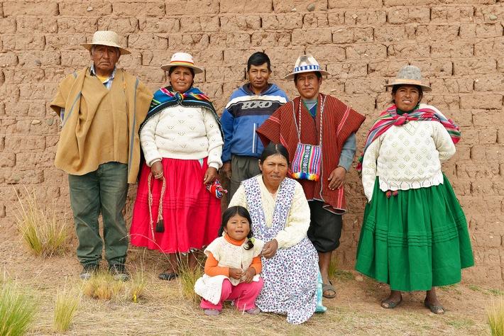 """""""Wir wussten kaum mehr, wie man Quinoa anbaut. Aber jetzt haben wir wieder eigenes Saatgut"""", sagt Amalia Valeriano (rechts), 34, Bäuerin im Hochland Boliviens. Weiterer Text über ots und www.presseportal.ch/de/nr/100000432 / Die Verwendung dieses Bildes ist für redaktionelle Zwecke honorarfrei. Veröffentlichung bitte unter Quellenangabe: """"obs/Helvetas / Jean-Pierre Grandjean"""""""