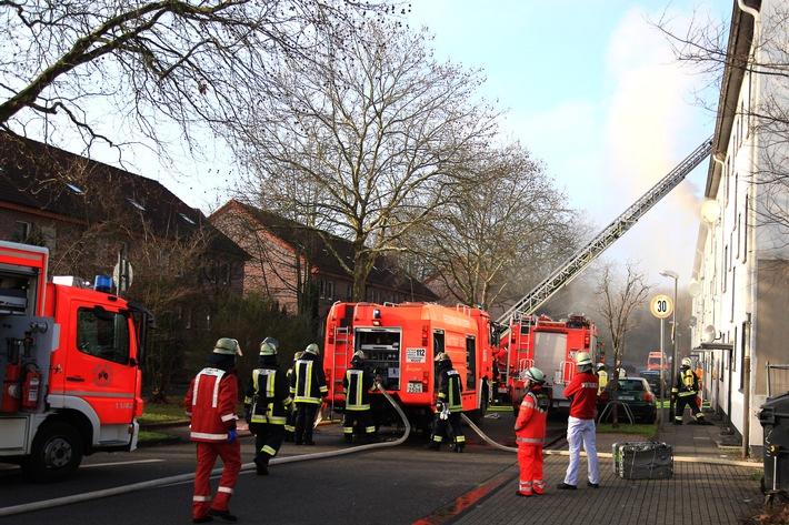FW-E: Wohnungsbrand in Mehrfamilienhaus, Wohnung unbewohnbar, keine Verletzten
