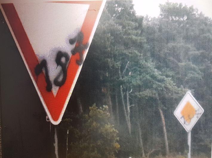 beschmierte Verkehrszeichen