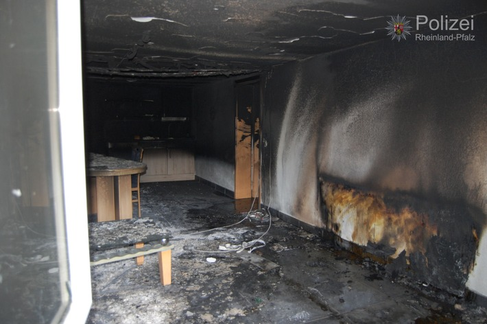 POL-PPWP: Brand eines Zweifamilienhauses mit zwei leicht verletzten Personen