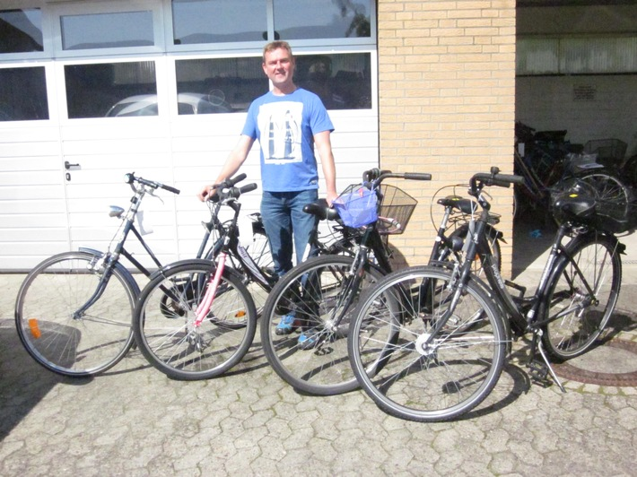 Kriminaloberkommissar Karsten Wittke mit den sichergestellten Fahrrädern