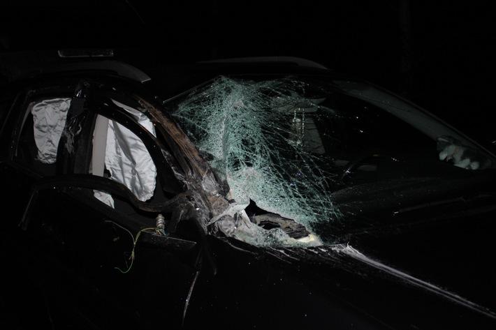 ▷ pol pdkl: frontlader an traktor verursacht totalschaden an pkw
