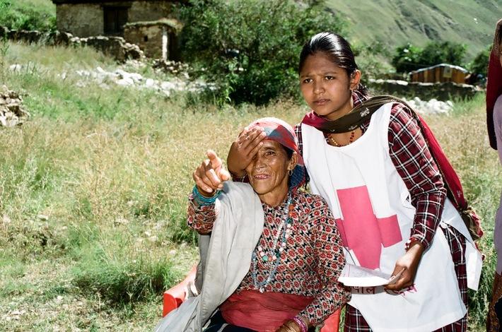 """Sehtest im nepalesischen Trans-Himalaya: Dank """"Altgold für Augenlicht"""" wird Hilfe auch in abgeschiedenen Regionen möglich. © SRK, Beatrix Spring / Weiterer Text ueber OTS und auf https://www.presseportal.ch. Die Verwendung dieses Bildes ist fuer redaktionelle Zwecke honorarfrei. Veroeffentlichung unter Quellenangabe: """"OTS.Bild/Schweizerische Zahnärzte-Gesellschaft SSO""""."""