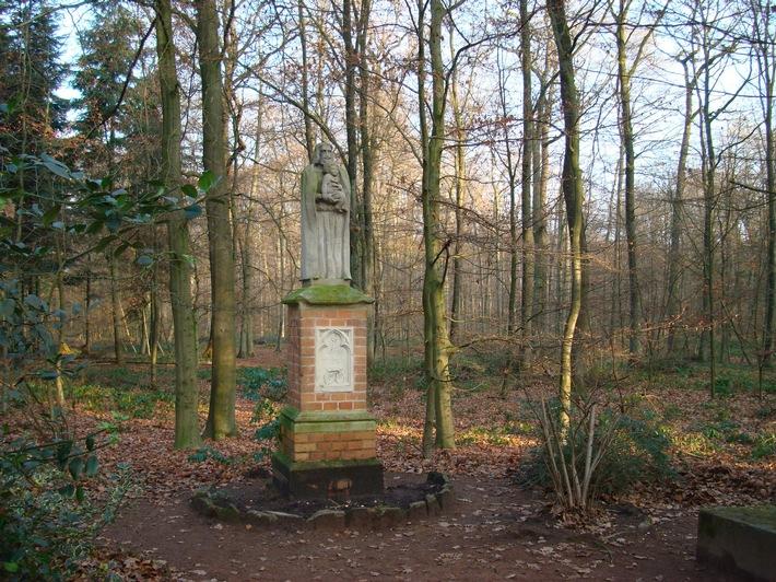 Gut begehbar sind die Wege im FriedWald Münsterland. An der Hauptkreuzung steht die Statue des heiligen Josef (Foto: FriedWald GmbH)