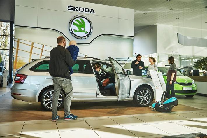 """Viele Besucher interessierten sich für den SKODA OCTAVIA COMBI SOLEIL. Er bietet bis zu 3.525 Euro Preisvorteil gegenüber einem vergleichbar ausgestatteten Serienmodell. Weiterer Text über ots und www.presseportal.de/nr/28249 / Die Verwendung dieses Bildes ist für redaktionelle Zwecke honorarfrei. Veröffentlichung bitte unter Quellenangabe: """"obs/Skoda Auto Deutschland GmbH/AKIM photography"""""""