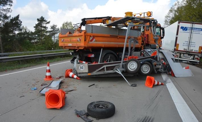 Viel zu tun für die Autobahnpolizei Langwedel: Innerhalb einer halben Stunde übersahen im Zuständigkeitsgebiet der Beamten zwei Fahrzeugführer Sicherungsanhänger, die zur Absicherung von Baustellen auf den Autobahnen A1 und A27 aufgestellt waren. Das Foto zeigt die Unfallstelle auf der A27.