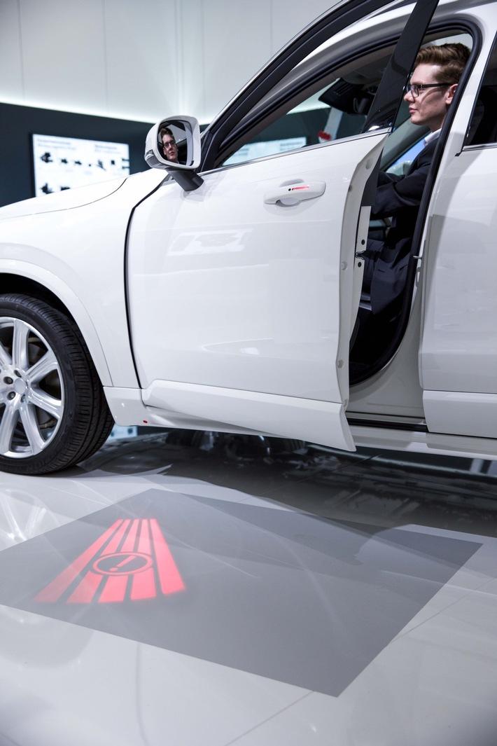 An einem Konzeptfahrzeug zeigt Brose den komfortablen und sicheren Fahrzeuggang.  Hier sind die Funktionalitäten von Sitz und Tür vereint und mit Sensorik kombiniert.