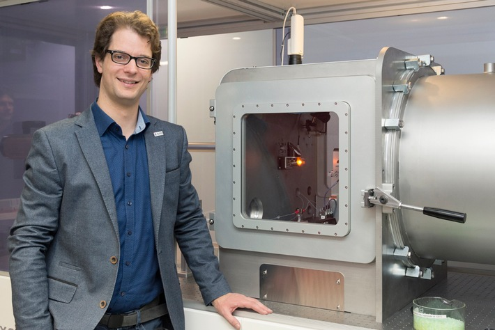 Mann und MAUS: Dr. Brian Pauw vom Fachbereich Polymere in Life Science und Nanotechnologie forscht bereits länger mit SAXS und leitete die Konzeption sowie den Aufbau des Gerätes Quelle: BAM