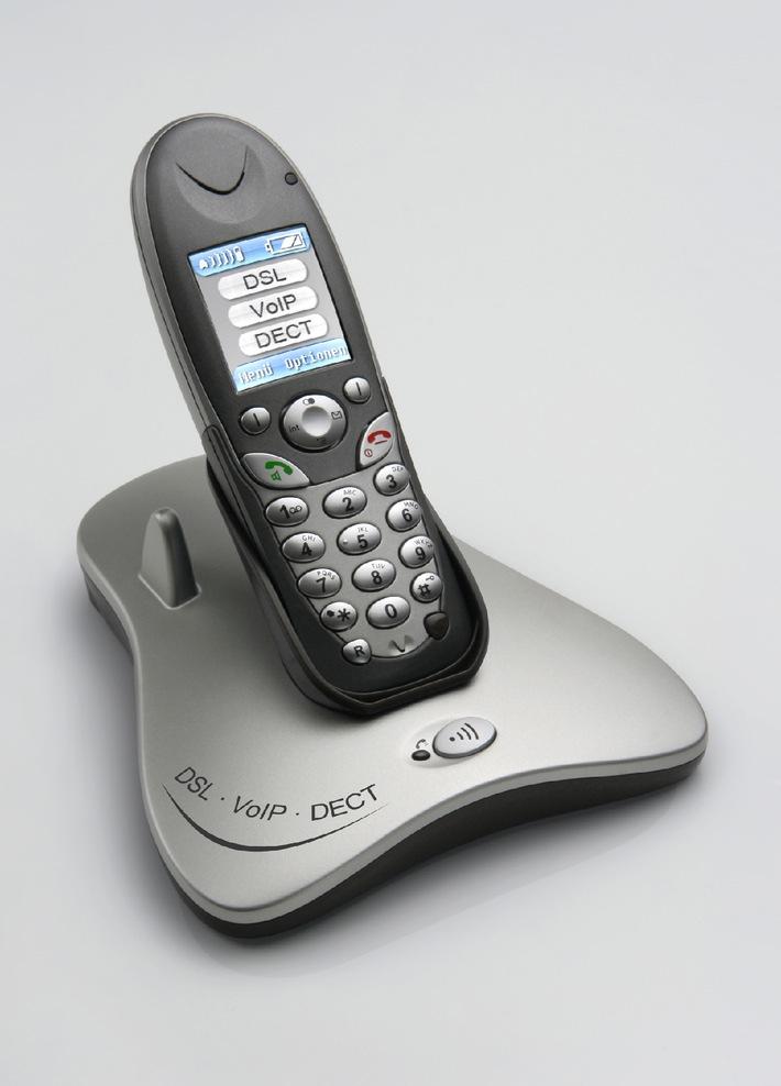 """AVM kombiniert zur Cebit erstmals DECT, VoIP und DSL Der Berliner Kommunikationsspezialist AVM zeigt auf der Cebit erstmals eine hochintegrierte Kombination aus DECT, DSL und Voice over IP in einem Gerät. Telefonate lassen sich wahlweise über das Internet oder das Festnetz (ISDN und Analog) führen. Dabei ist das DECT-Telefon ein High-End-Gerät für höchste Ansprüche mit Komfortmerkmalen wie Farbdisplay, Freisprechen oder Festnetz-SMS. Computer erhalten Anschluss über eine LAN- und WLAN-Schnittstelle. Die Verwendung dieses Bildes ist für redaktionelle Zwecke honorarfrei. Abdruck bitte unter Quellenangabe: """"obs/AVM GmbH"""""""