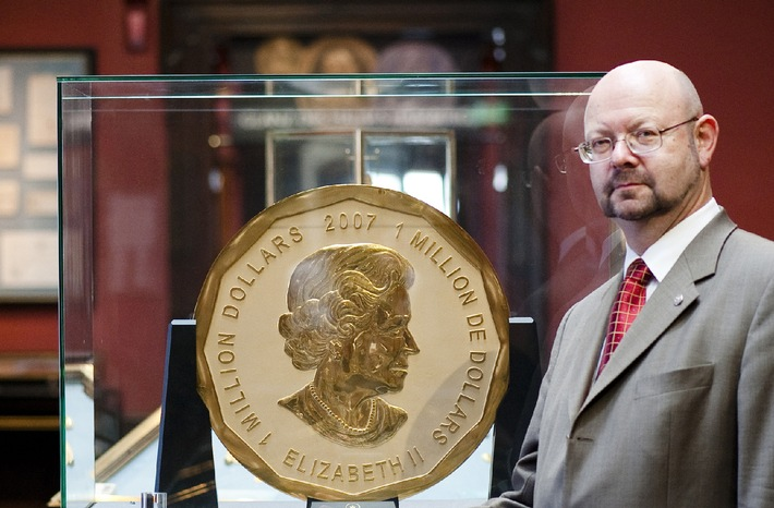 On June 25, 2010, the world's largest gold coin, a 2007 Canadian $ 1,000.000 Maple Leaf is to be auctioned at Vienna's Dorotheum. This coin breaks all records: It weighs a staggering 100 kilos and measures 53 cm in diameter. But the most remarkable thing about this impressive coin, which cannot even be lifted by two men, is that it is made exclusively of the purest, finest and most refined gold: 999.99/1000 gold. In the picture: Dorotheum-Expert Michael Beckers with the world's largest gold coin.