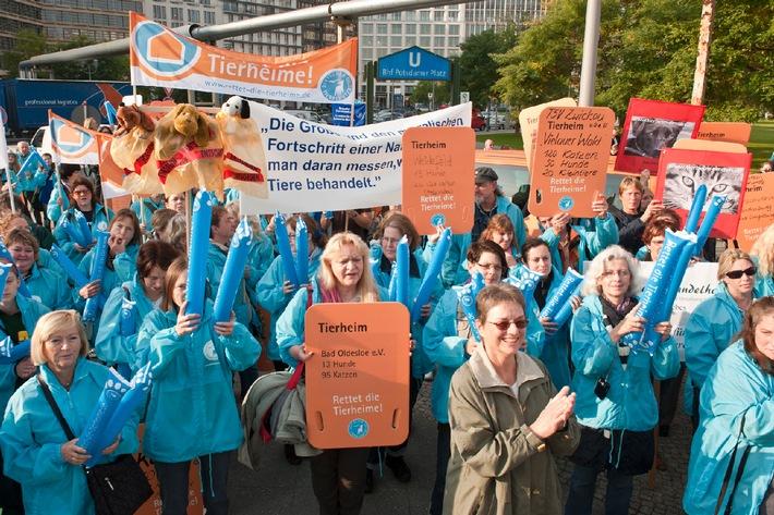 """Demo vor dem Bundesrat: """"Rettet die Tierheime!"""" (mit Bild)"""