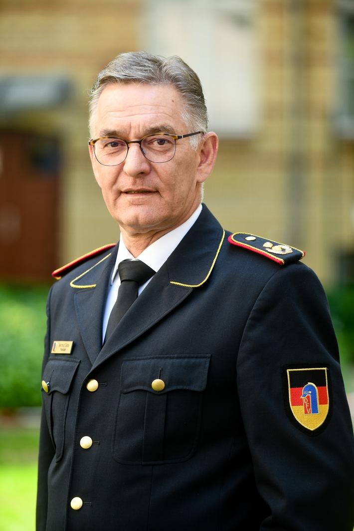 Hartmut Ziebs, Präsident des Deutschen Feuerwehrverbandes, dankt für den Hochsommer-Einsatz.