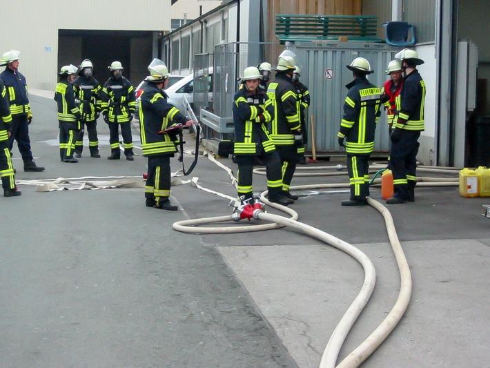 FW-OE: Feuer bei Montagearbeiten in einem Industriebetrieb, Mitarbeiter vorsorglich ins Krankenhaus gebracht