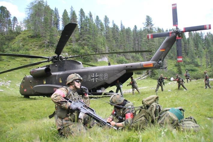 Zur Versorgung der Truppe fliegen Hubschrauber Getrnke und Verpflegung ein (Bundeswehr/Tobias Skinner) Weiterer Text ber ...